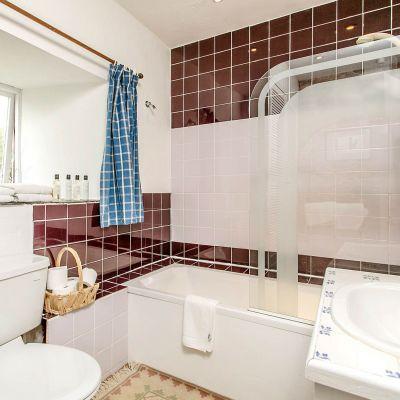 Upper Mill House shared bathroom